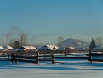 Dorf und Berg im Hintergrund Lizenzfreie Stockbilder