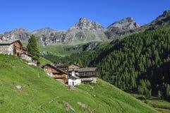 Dorf und Berg Perrin Cuneaz (das Aostatal - Nord-Italien) Lizenzfreie Stockbilder