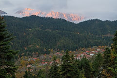 Dorf und Berg am späten Nachmittag Lizenzfreies Stockbild