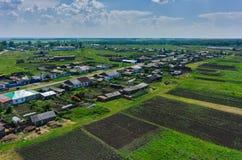Dorf und Felder Novikovo eingestellt mit Kartoffel Lizenzfreies Stockfoto