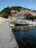 Dorf und Hafen von Porto Ercole, Italien Lizenzfreie Stockfotografie