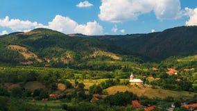 Dorf und Kirche lizenzfreies stockbild