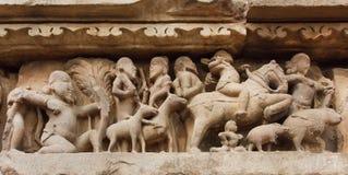 Dorf und Landbevölkerung mit Tieren auf Steinentlastung von Khajuraho-Tempel, Indien Rom, Italien, Europa stockfotos