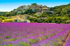 Dorf und Lavendel Simiane-La Rotonde Provence, Frankreich stockfotografie