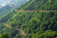Dorf und Straßen in den Korsika-Bergen lizenzfreie stockfotos
