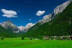 Dorf und Wiese. Protokolhülse Mangartom, Slowenien Stockfoto