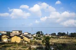 Dorf unter blauem Himmel Stockfotos