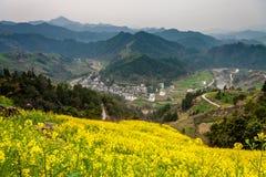 Dorf unter dem Berg in China Stockbild