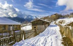 Dorf unter den Felsen Lizenzfreies Stockfoto