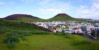 Dorf unter einem Vulkan Stockfotos