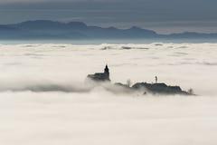 Dorf unter Nebel Stockfotos