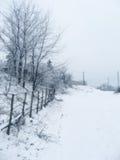 Dorf unter Schnee stockbild