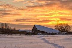 Dorf unter Schnee an der Dämmerung stockfotos
