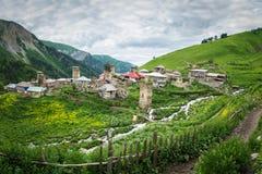 Dorf von Adishi in Svaneti, Georgia Ansicht des Bergdorfes im Kaukasus mit alten Türmen und Berg Svan strömt Stockbild