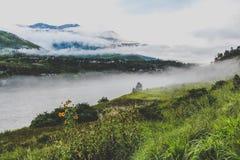 Dorf von Bhutan nahe dem Fluss an einem nebeligen Tag bei Punakha, Bhutan Lizenzfreies Stockfoto