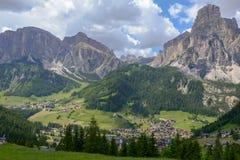 Dorf von Corvara auf Badia in den Dolomit lizenzfreie stockfotografie