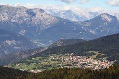 Dorf von Folgaria herein unter den Bergen von Nord-Italien stockbild