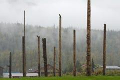 Dorf von Kispiox, BC mit einer Reihe traditionellen Totempfählen Lizenzfreies Stockbild