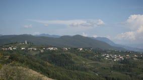 Dorf von Kojsko, berühmte Weinanbauregion Sloveniain von Goriska Brda, beleuchtet durch Sonne und Wolken im Hintergrund, heilig stock footage