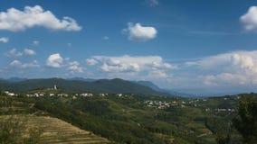 Dorf von Kojsko, berühmte Weinanbauregion Sloveniain von Goriska Brda, beleuchtet durch Sonne und Wolken im Hintergrund, heilig stock video footage