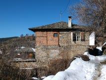 Dorf von Kovachevitsa mit authentischen Häusern des 19. Jahrhunderts, Blagoevgrad-Region Lizenzfreie Stockfotografie