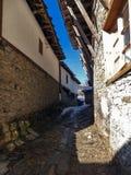 Dorf von Kovachevitsa mit authentischen Häusern des 19. Jahrhunderts, Blagoevgrad-Region Lizenzfreie Stockbilder