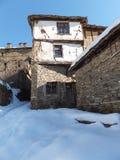 Dorf von Kovachevitsa mit authentischen Häusern des 19. Jahrhunderts, Blagoevgrad-Region Lizenzfreies Stockbild