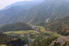 Dorf von Nepal umgab durch Hügel lizenzfreie stockfotos