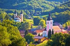 Dorf von Strigova-Türmen und von grüner Landschaft stockfotos