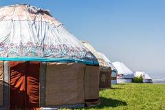 Dorf von yurts in den Sommerweiden in Asien lizenzfreies stockbild