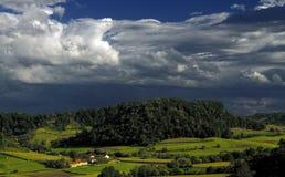 Dorf vor Sturm Stockfotos