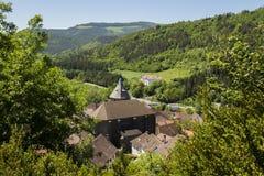 Dorf zwischen Bäumen Lizenzfreie Stockfotos