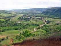 Dorf zwischen Hügeln stockfotos