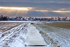 Dorfansicht über einen einfrierenden niederländischen Wintermorgen Lizenzfreie Stockfotos