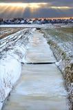 Dorfansicht über einen einfrierenden niederländischen Wintermorgen Lizenzfreies Stockbild