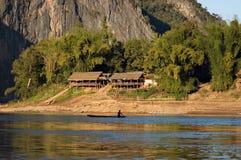 Dorfbewohner auf Boot auf dem Mekong-Fluss in Laos stockbilder