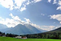Dorfhaus in den Alpen Stockbilder