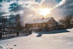 Dorfhaus eingehüllt in einen Schneesturm stockbild