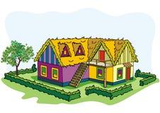 Dorfhaus mit dem Baum und dem Hof mit zwei Dächern Stockbilder