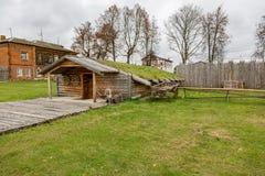 Dorfhaus mit einem Grasdach Lizenzfreie Stockfotografie