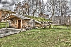Dorfhaus mit einem Grasdach Lizenzfreies Stockbild