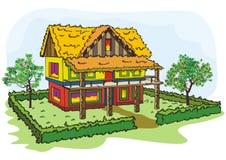 Dorfhaus mit Heckebäumen und -hof Stockfoto