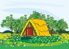 Dorfhaus und -bäume im Frühjahr Lizenzfreies Stockfoto
