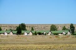 Dorfhäuser mit grünen Dächern Lizenzfreies Stockfoto