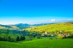 Dorflandschaft, Dorf im Tal, grüne Felder, Hügel Stockfoto