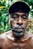 Dorfleiter mit einem kleinen Rohr und einem tiefroten Auge lizenzfreie stockfotos