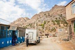 Dorfleute, die auf der Landstraße sprechen Lizenzfreie Stockfotografie