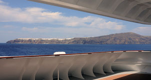 Dorfpanoramablick Santorini Oia von einem Kreuzschiff Stockbilder