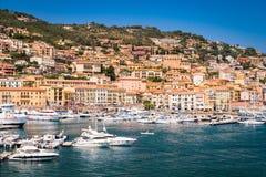 Dorfskyline Porto Santo Stefano, italienisches Reiseziel stockbilder