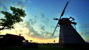 Dorfsonnenaufgang timelapse Ländliches Windmühlenschattenbild Sonnenaufgang-Landschaft stock video